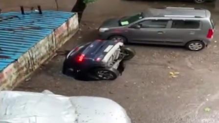 印度一汽车停在路边遭大坑吞没 车头朝下10几秒就消失
