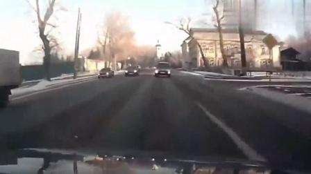 行车记录仪:丰田莫名其妙突然逆行,他无奈与其发生猛烈对撞