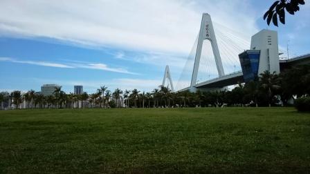 在海南世纪大桥下面公园打拳!