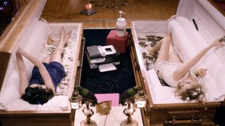 肤白貌美大长腿小姐姐,却只能睡在棺木里,靠喝老鼠血为生!