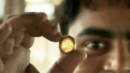 印度穷小子在街上扫土,从中提炼黄金