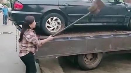 三万买的二手车,没开5年就坏了,大姐气的抄起铲子就砸!