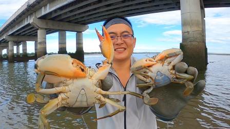 一脚踩踏个大洞出来,里面竟住着一对大螃蟹夫妇,跟白捡似的