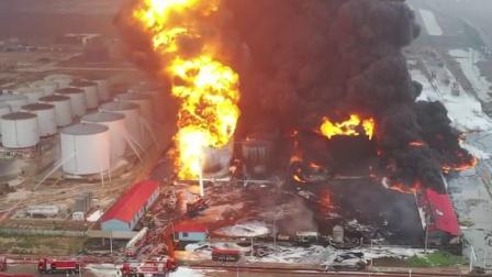现场火光冲天,消防救援人员奋勇扑救,人员全部疏散无伤亡