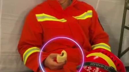 燃气爆炸事故救援现场,消防战士高强度工作后没吃完包子就睡着了