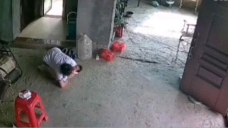 宝妈抱娃不慎重摔!下意识双肘撑地、双膝跪地,全力护住宝宝!