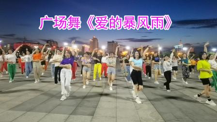 广场上好多人都在跳《爱的暴风雨》
