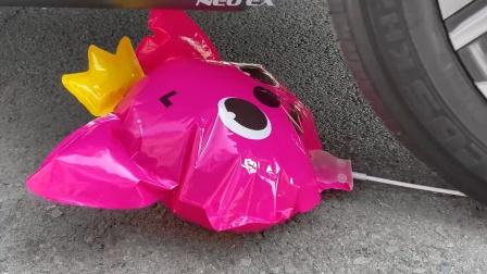 把盘子、气球等放在车轮下碾压,勿模仿