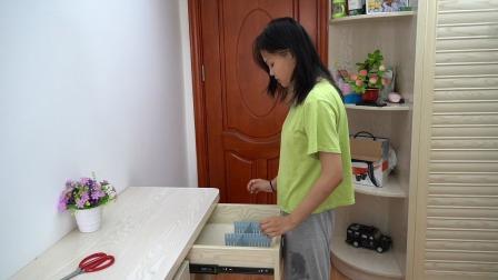 可裁剪的分隔板,有了它,抽屉里就整整齐齐,拿取物品也方便多了