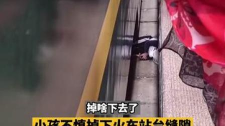 6月14日,甘肃兰州。据拍摄者称,救人者是来自重庆的大学生  #大学生跳火车站台缝隙救人