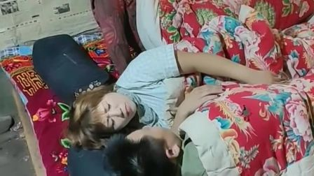 这就是嫁个妈宝男的下场,每次睡觉婆婆还要挤在一个炕上,真是太烦人了!