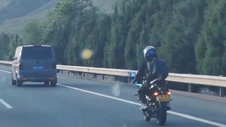 高速路上堵车,偶遇一位遵守交规的车友,为他点赞!