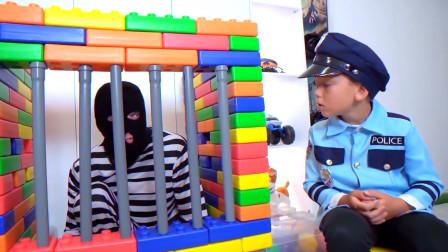 萌娃小警察抓小偷,看看会不会成功呀