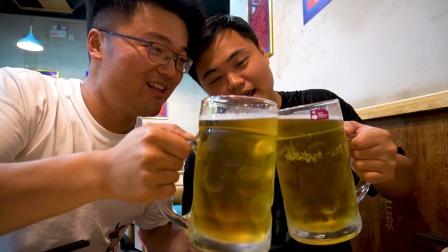 和朋友夫妇吃啤酒大餐,大反转,烧烤腰子,啤酒一杯两斤,干赢了