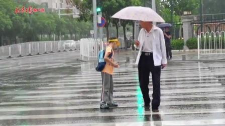 愿每一个雨中人都能享受下雨的清凉