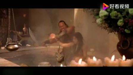 蝎子王逃亡,意外闯入美女浴室,美女光溜溜的与其战斗