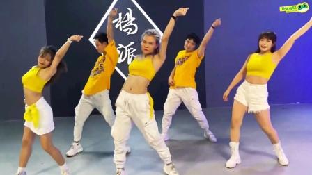 抛弃无聊的跳步吧,让身体跟着节奏扭动,一起变身舞蹈潮人!