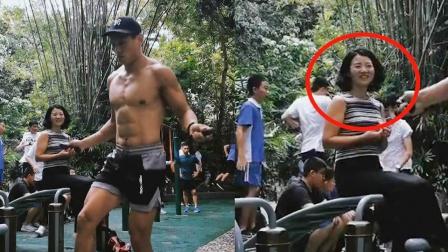 肌肉男公园内光膀花式跳绳,浑身肌肉十分性感,一旁阿姨表情亮了