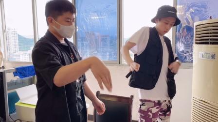 2个19岁小职员下班了,在办公室放肆斗舞,你们说谁跳得更好?
