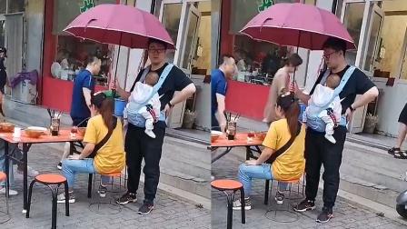 妻子路边摊吃饭,男子抱娃站身后全程撑伞,一个细节感动无数网友