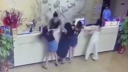 4年轻女子与酒店前台互撕,场面一度失控,旁边保安全程淡定看戏