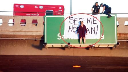 女子爬上高速路广告牌,引起严重交通拥堵,原因让人泪目,美剧