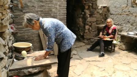 百岁老人一边吃一边说:这饭真好吃!