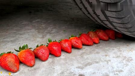 把草莓、芒果等放在车轮下碾压,看着好解压