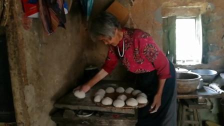 这种传统方法蒸出来的馒头,城里人可是多年没吃过了!