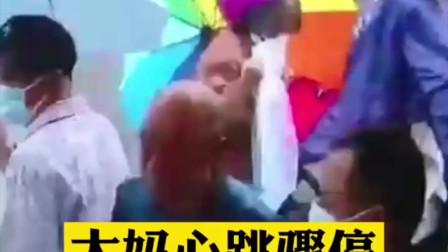 江苏扬州:大妈心跳骤停倒在医院门口,她一路跪着抢救患者
