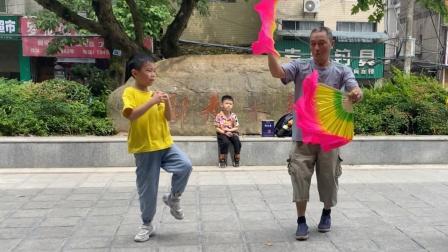 5岁小男孩街头跳鬼步舞,71岁大爷不服冲出来斗舞,谁才是舞王