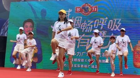 年轻妈妈带5岁女儿跳时髦的鬼步舞,没想到女儿跳这么好,真棒!