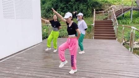3姐妹刚学会一支鬼步舞,鼓足勇气秀一段,大家说跳的好不好呀?