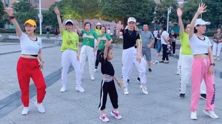 实拍:湖北宜昌一4岁小女孩,把广场舞跳得大人都羡慕,感觉要火