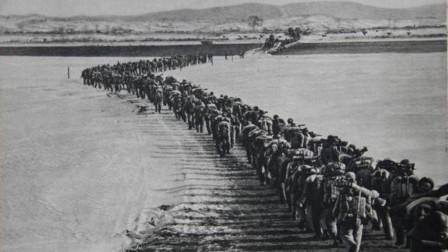 面对美军的轰炸,志愿军竟想出一妙招,大摇大摆走在路上丝毫不惧