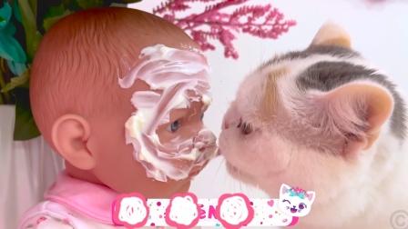 淘气猫竟然舔娃娃的脸?!萌娃:都怪我不好