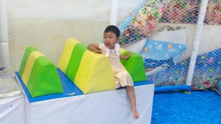 儿童泳乐园园华滑滑滑梯海洋球旋转木马亲子益智游戏