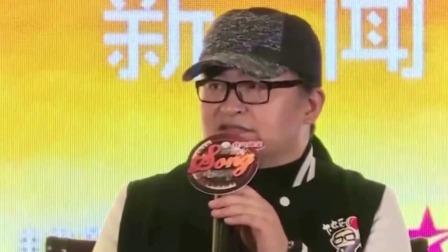 57岁刘欢现身歌厅 挺大肚腩坐沙发上嗨唱 网友称其瘦了20斤
