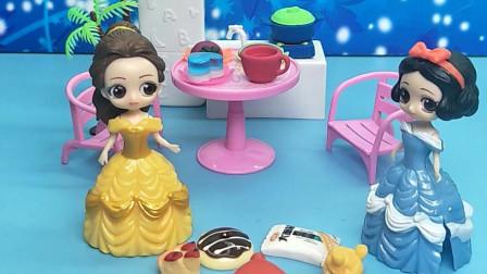 贝儿用零食摆圆圈玩,白雪想吃一个零食,贝儿让白雪摆个小动物