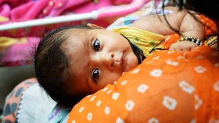 心痛!21天大女婴被遗弃在恒河上漂流