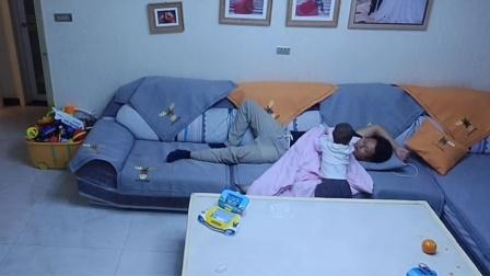 爸爸太累在沙发上睡着 监控拍下1岁半宝宝暖心举动