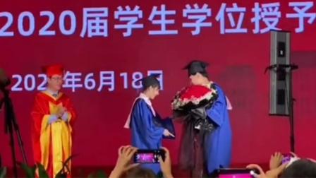 """男生毕业典礼求婚成功 校长被甜出""""姨母笑"""""""