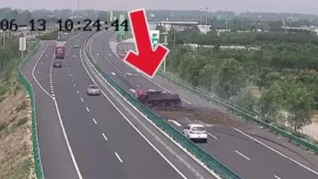 货车高温天爆胎侧翻 一车猪毛撒满高速