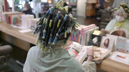 """40岁女性嫌烫过的卷发老气,到理发店剪短""""满头烫"""",显小真洋气"""