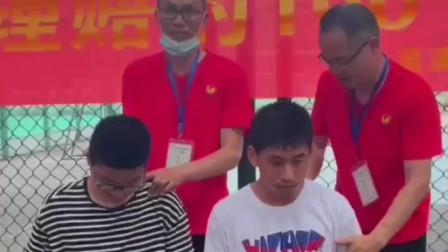 浙江温州:大热天为中考生拨筋去暑,老师的手都麻了