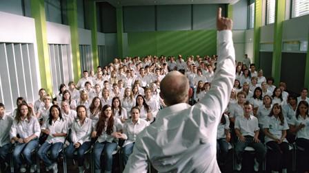 真人真事改编:看看大学教授如何对学生进行群体洗脑,太狂爆了