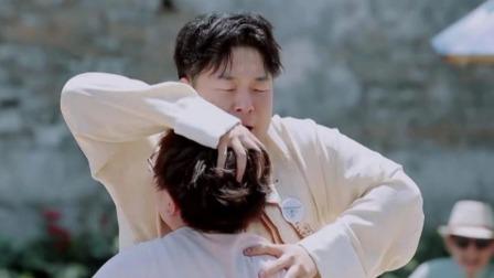 生命不能承受之重!毛不易用身体接杜海涛结果被压趴在地上