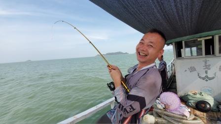 新买的鱼竿就是不一样,阿峰下钩就钓到值钱货,开心的像个孩子