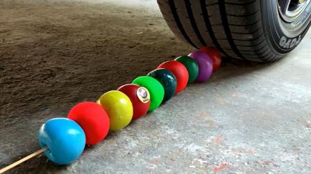 把果冻、饮料等放在车轮下碾压,看着好解压