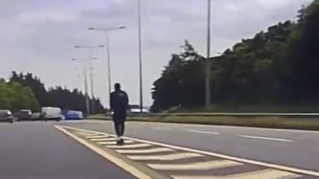 疯狂!英国警察发现一名男子试图骑电动滑板车进入高速公路